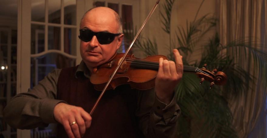 El solista Ilya Kaler prueba uno de los violines durante el experimento