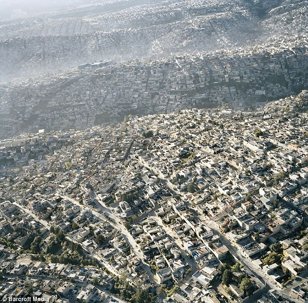 Extendiéndose: Colinas y valles no se interponga en el camino de la expansión fuera de la capital mexicana.  Homes simplemente siguen los contornos de la tierra