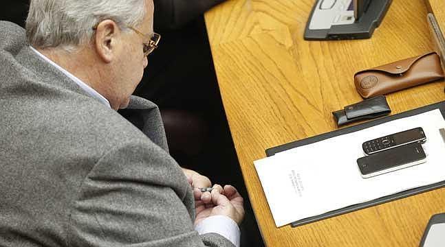 Díaz Alperi se corta las uñas en pleno debate de Les Corts