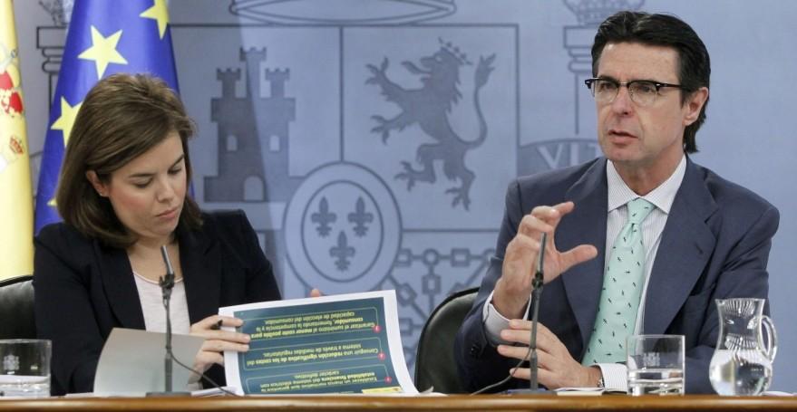 La vicepresidenta, Soraya Sáenz de Santamaría, junto al ministro José Manuel Soria, en la rueda de prensa del Consejo de Ministros que aprobó la reforma eléctrica.
