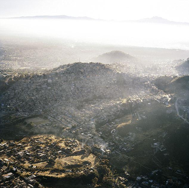 Hazy: Ciudad de México es también muy contaminado.  Aunque la contaminación se ha reducido drásticamente en las últimas décadas, una niebla anaranjada menudo manos justo por encima de la ciudad en expansión alrededor de los picos montañosos que la rodean