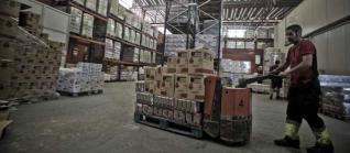 El almacén del Banco de Alimentos, ubicado en Mercalicante, estaba ayer a rebosar de alimentos de primera necesidad aportados por la Unión Europea.