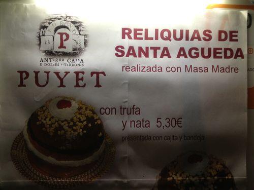 Hasta en la dulcería religiosa irrumpe la masa madre. Fotografía tomada de noche en una calle de Graus (Huesca)