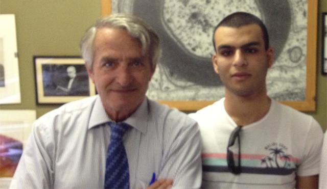 A la izquierda el doctor Pedro Cuevas junto a un joven libanés que padecía ceguera producida por la degeneración macular y que ha recuperado la visión. Ahora estudia ingeniería industrial.