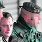 Dos guardias civiles trasladan a un acusado de pertenecer a ETA.