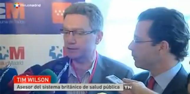 El consejero madrileño, Javier Fernández-Lasquetty junto a Tim Wilson en el reportaje de Telemadrid