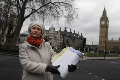 La fundadora de la campaña de pacientes 'Cura el NHS', Julie Bailey, posa con una copia del informe del informe.- Tal Cohen (EFE)