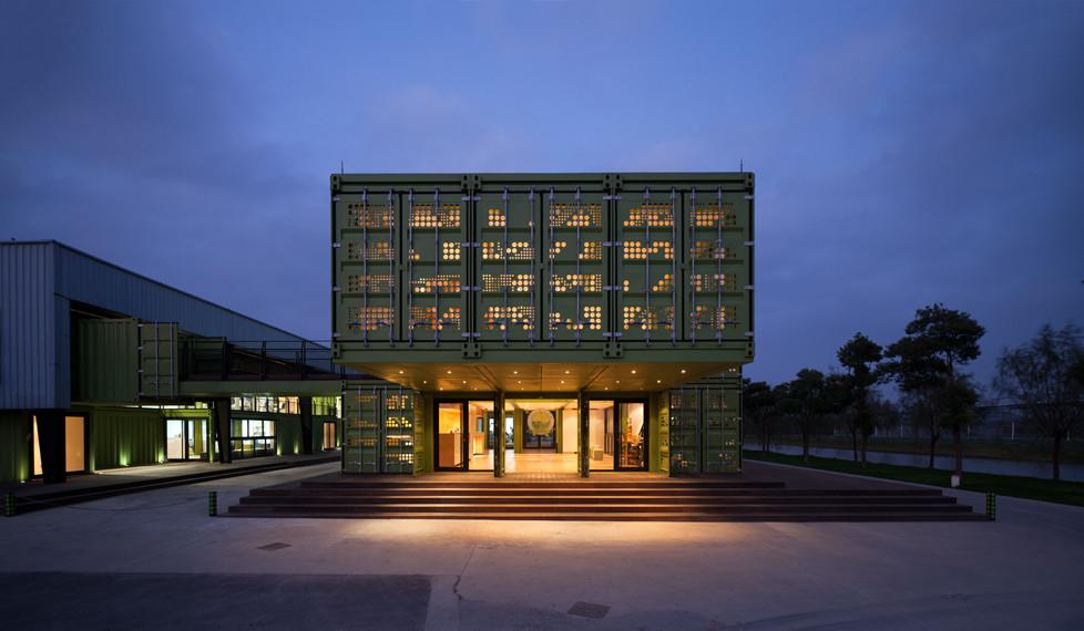 tonysfarm2 Edificio sostenible hecho con 78 contenedores