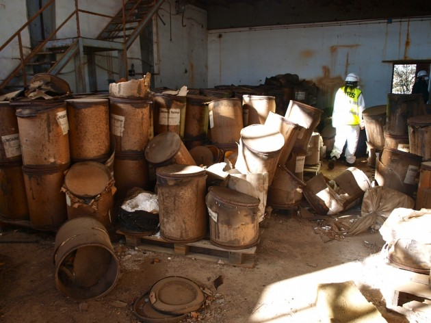 Un técnico examina la fábrica abandonada de Inquinosa en Sabiñánigo (Huesca)