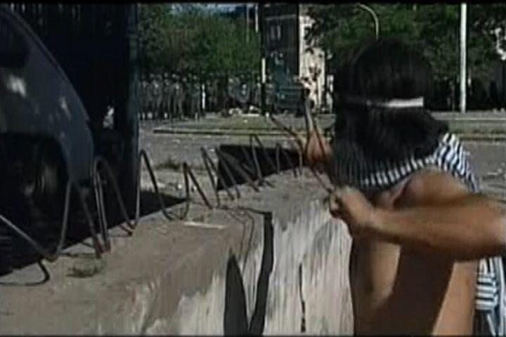 lance pierre contre police