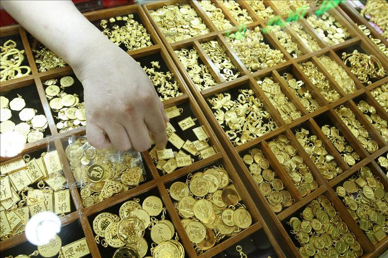 Fotografía de archivo fechada el 20 de julio de 2010 que muestra a un vendedor ofreciendo objetos de oro en una joyería en Bangkok (Tailandia). EFE